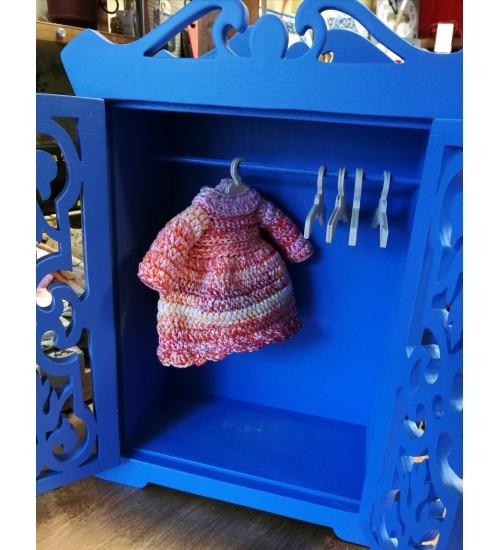Kaunis nikerdatud riidekapp nukkudele, nukumööbel