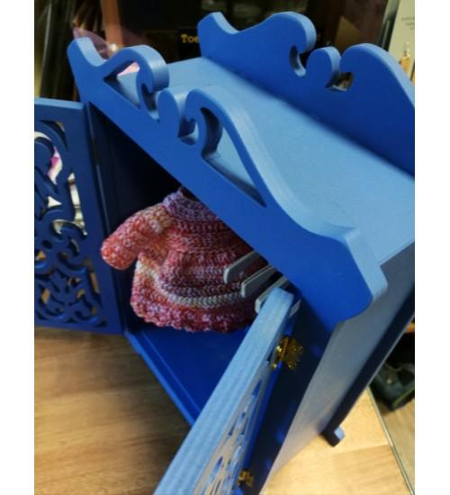Kaunis nikerdatud riidekapp nukkudele, sinine