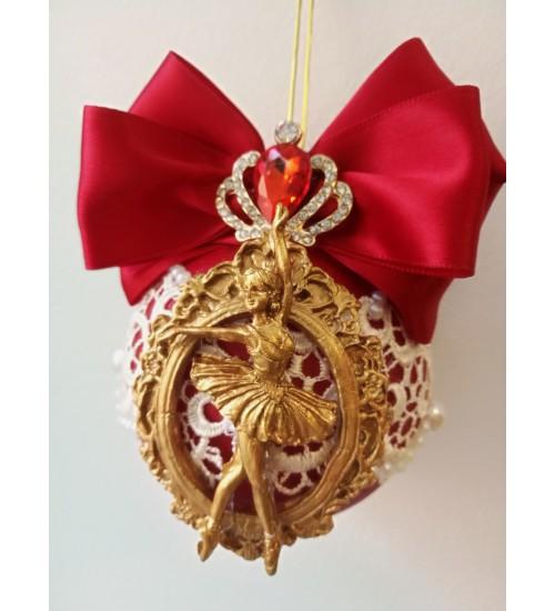 Pitsi ja pärlikestega kaunistatud Jõulukuul, punane