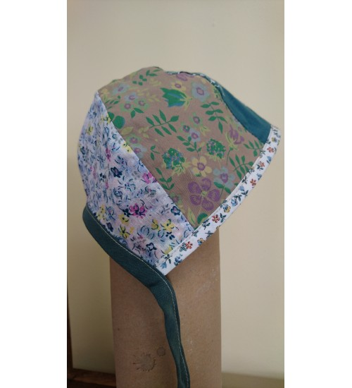 Lapitehnikas valge, pruun ja roheline poisibeebi müts