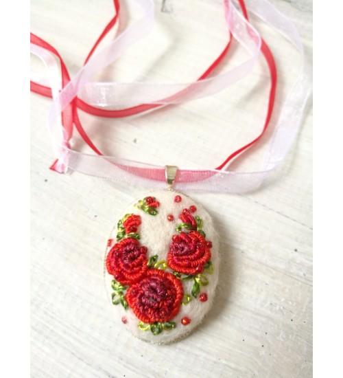 Punase roosi tikandiga vilditud  kaelakee