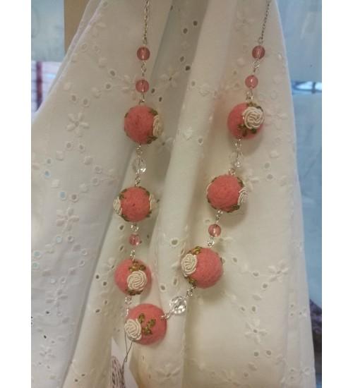 Roosal põhjal valge roosi tikandiga kaelakee