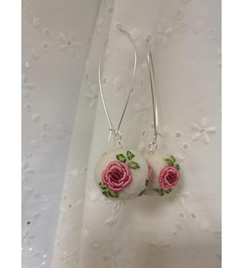 Roosa roosi tikandiga kõrvarõngad