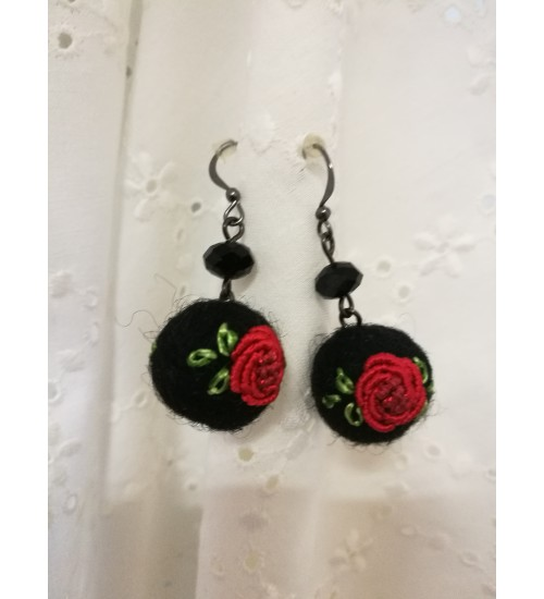 Punase roosi tikandiga kõrvarõngad