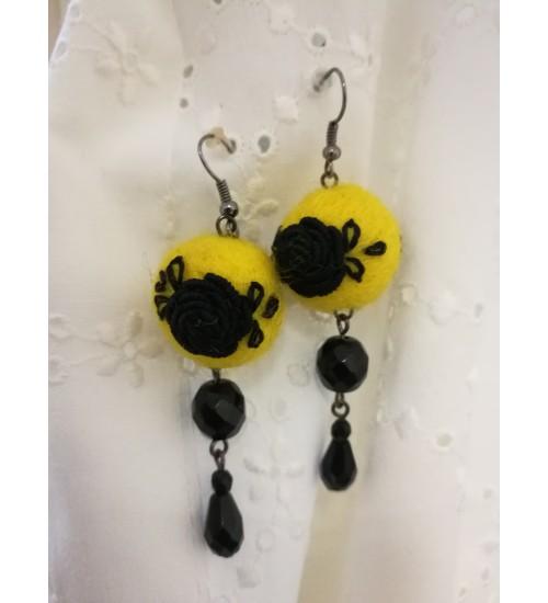 Kollasel põhjal musta roosi tikandiga kõrvarõngad