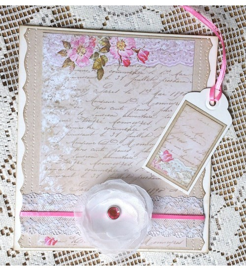 Pisikene valge roosiga kinkekoti ja karbi kaunistus