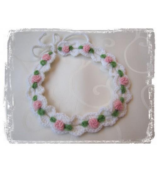 Valge heegeldatud peapael roosade tikitud lillede ja tumeroheliste lehtedega