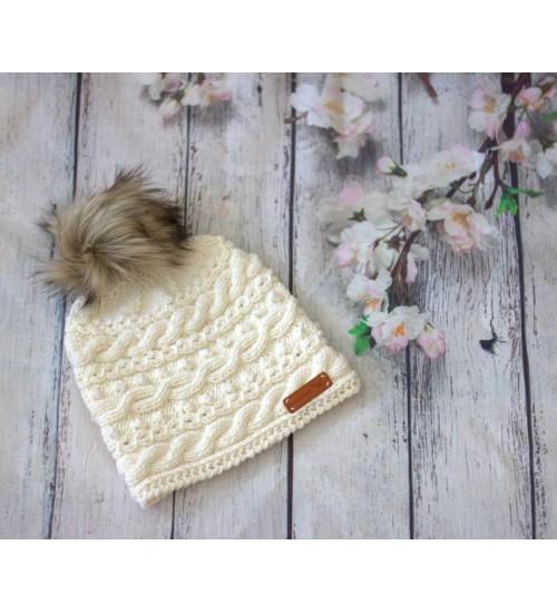 Talviselt soe meriinovillast kootud valge müts