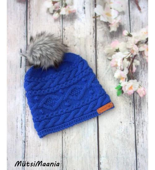 Talviselt soe meriinovillast kootud tumesinine müts