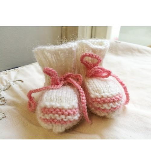 Roosa paelaga valged beebipapud