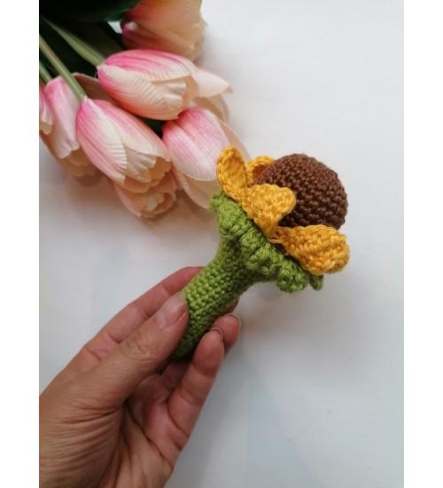 Kollaste kroonlehtedega heegeldatud lillekujuline kõristi