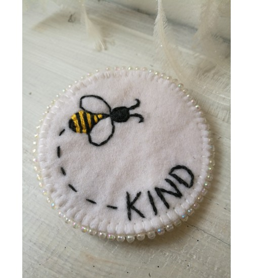 "Kelmikas vildist pross ""Bee kind"""