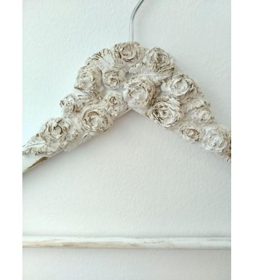 Valge riidepuu roosidega