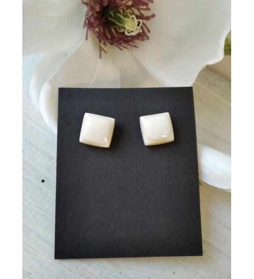 Portselanist pisikesed ruudukujulised kõrvarõngad, valge