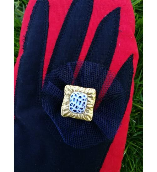 Punast värvi pajakinnas, kuldse sõrmusega