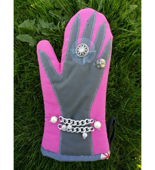 Hõbedase sõrmusega ja pärlitega pajakinnas