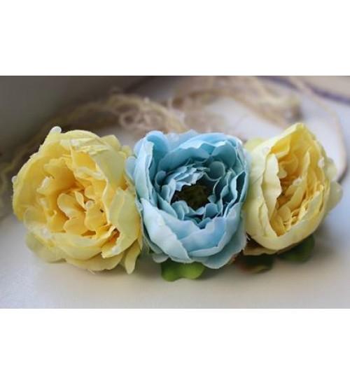 Kahe kollase ja ühe sinise roosiga peapärg
