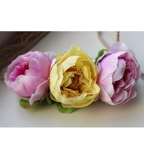 Kahe roosa ja ühe kollase lillega peapärg