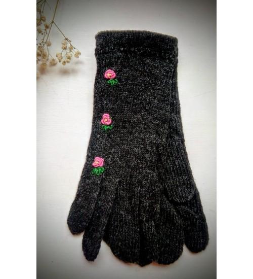 Tumehallid sõrmikud lillakas roosade lilledega
