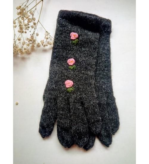 Käsitööna valminud kaunid sõrmikud kolme roosa lillega
