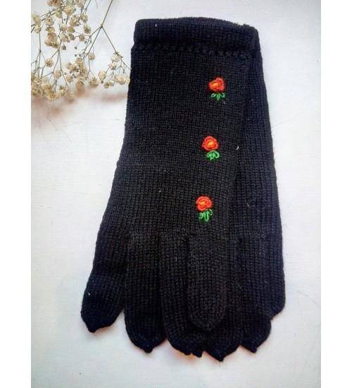 Käsitööna valminud kaunid mustad sõrmikud kolme punaka lillega