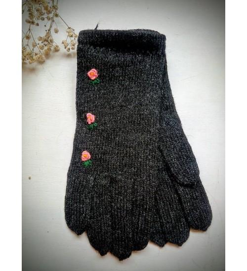 Mustad sõrmikud roosade lillekesega