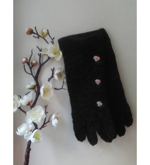 Tumehallid sõrmikud kolme heleroosa lillega
