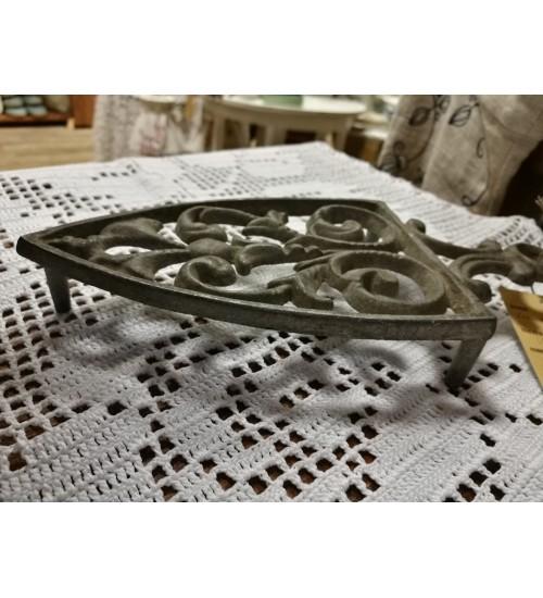 Vanaaegne triikraua kujuline kuumaalus