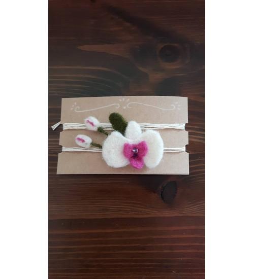 Vilditud lilledega valge peapael