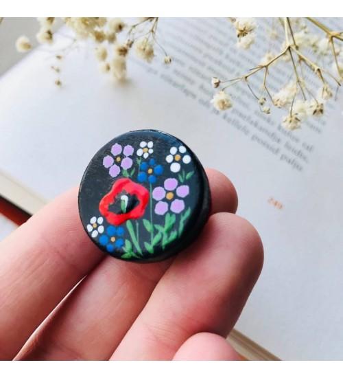 Käsitsi maalitud puidust pross mooni ja pisikeste lillede pildiga