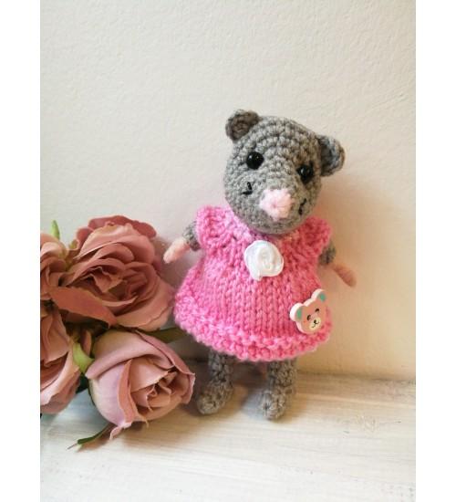 Heegeldatud pisike hiiretüdruk roosas klieidis